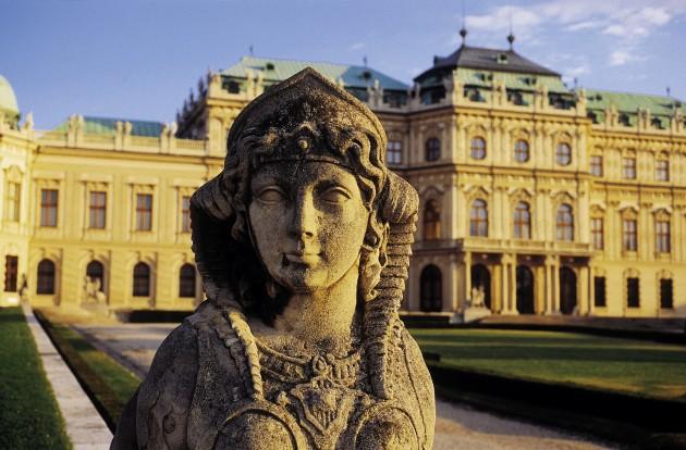 """Belvedere …sterreichische Galerie  Prinz Eugen von Savoyen (1663-1736), der bedeutendste Feldherr seiner Zeit und legendŠre Oberbefehlshaber des kaiserlichen Heeres im Kampf gegen die TŸrken (""""Prinz Eugen, der edle Ritter""""; Reiterdenkmal auf dem  Heldenplatz), lie§ sich dieses Gartenpalais von Johann Lukas von Hildebrandt als Sommersitz vor den Toren der damaligen Stadt erbauen. Das Schlo§, das als eines der schšnsten barocken Bauwerke der Welt gilt, wurde nach Eugens Tod vom Haus Habsburg erworben; zuletzt wohnte hier Thronfolger Erzherzog Franz Ferdinand (ermordet in Sarajewo 1914). Nach †bergang des Belvederes in Staatsbesitz wurde in seinen RŠumen die …sterreichische Galerie eingerichtet.  Oberes Belvedere Sammlungen des 19. und 20. Jahrhunderts 3, Prinz-Eugen-Stra§e 27 Das prachtvolle Bauwerk, 1720-23 entstanden, ist das Meisterwerk Hildebrandts. Das Obere Belvedere wurde von Prinz Eugen nicht bewohnt, sondern fŸr festliche, reprŠsentative AnlŠsse benŸtzt. In dem mit rotem Marmor ausgekleideten Mittelsaal wurde am 15. Mai 1955 der …sterreichische Staatsvertrag von den Vertretern …sterreichs, der USA, Gro§britanniens, Frankreichs und der Sowjetunion unterzeichnet. Damit ging die zehnjŠhrige Besetzung des Landes nach dem Zweiten Weltkrieg zu Ende.  Im Oberen Belvedere zeigt die …sterreichische Galerie - nicht nur šsterreichische, sondern auch internationale - Kunst des 19. und 20. Jh.s: Die grš§te Sammlung von Werken Klimts, Schieles und Kokoschkas, prominente Werke des franzšsischen Impressionismus, die bedeutendste Sammlung von Werken des Wiener Biedermeier (WaldmŸller, Amerling, Fendi) und weiters GemŠlde von Romako, Makart, Boeckl, Wotruba, Hausner, Lehmden, Hundertwasser u. a."""