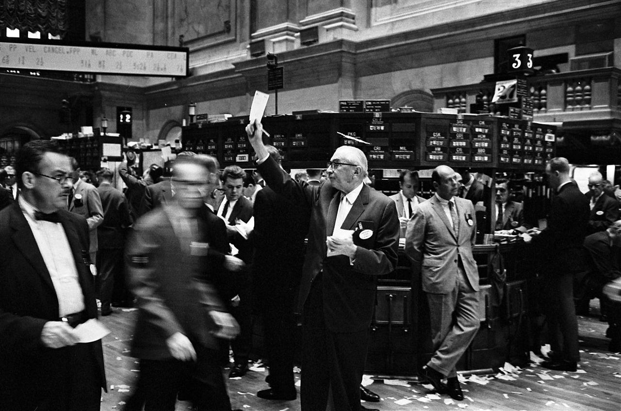 1280px-ny_stock_exchange_traders_floor_lc-u9-10548-6